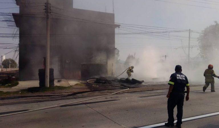 Incendio consume depósito de llantas y talachera en Texcoco